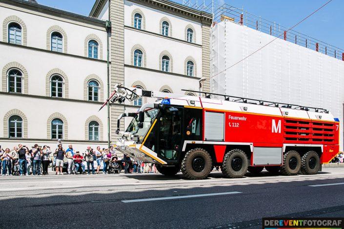 Feuerwehr-Einsatzwagen vom Flughafen München - im Corso der Feuerwehrfahrzeuge
