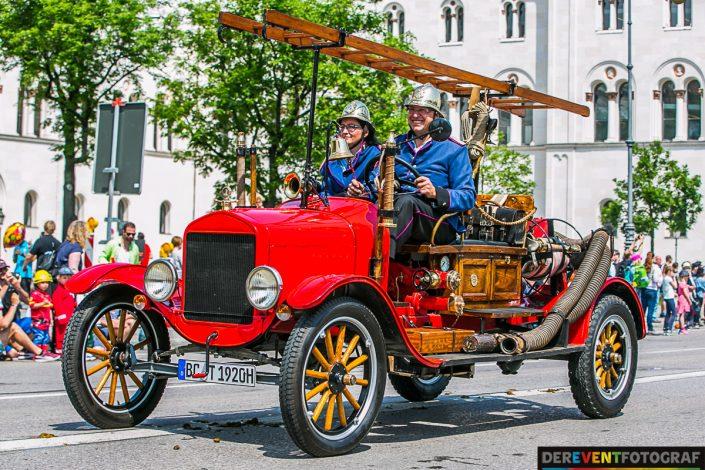 historische Fahrzeuge auf der Firetage Parade in München