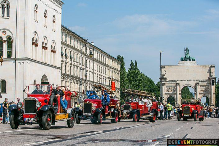 200 historische Feuerwehr Fahrzeuge sind auf der Ludwigsstrasse in München unterwegs